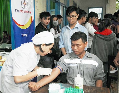 Vinh Tan Thermal Power Company: Organize blood  Voluteering donation - Give present to the poor